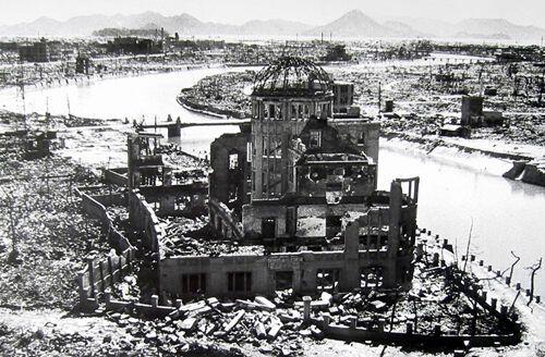 Близлежащий А-Купол, такой, как он появился вскоре после взрыва, очень похож на тот, каким он остался до наших дней