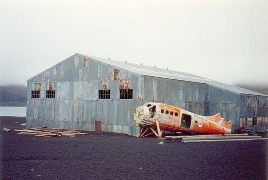 Заброшенный ангар и самолёт