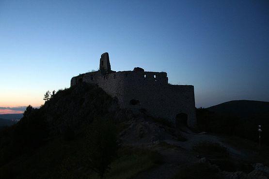 Руины замка ночью