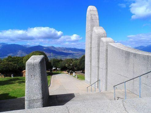 Памятник выходит на долину Паарл