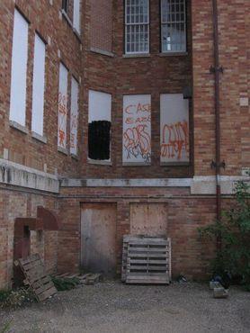 Заколоченные стены и безликий фасад