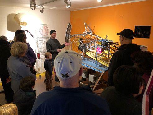 Художник Нед Шэйпер проводит экскурсию по галерее, демонстрируя кинетическую скульптуру «Шарка»