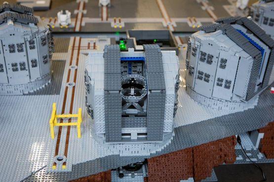 Модель Очень большого телескопа из LEGO