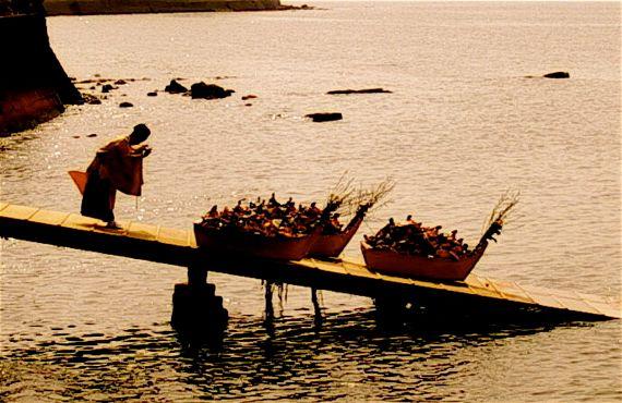 Спуск лодок с куклами на воду