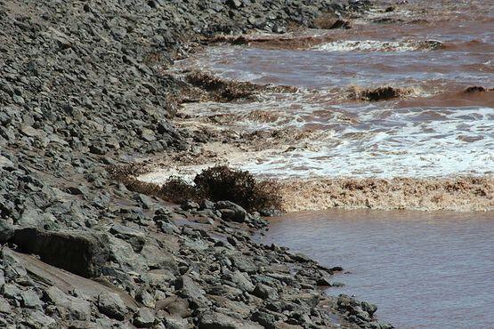 Приливной бор Монктона огибает берег