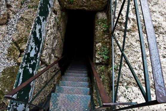 Вход в подземный зал, абсолютная тишина