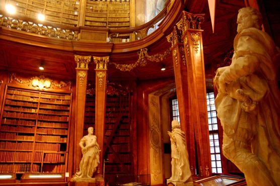 Статуи в библиотеке