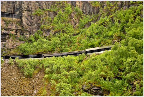 Фломская железная дорогаведёт через 20 туннелей в скалах