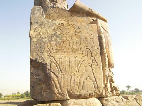 На боковых панелях изображен Хапи, Бог Нила