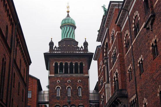 Медный купол в виде луковицы, венчающий вершину башни