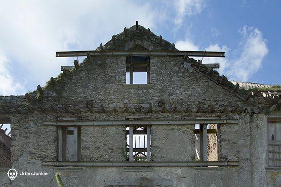 Стальные балки применили для укрепления фасада дома