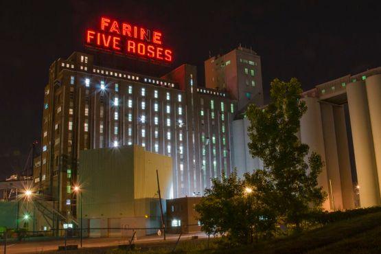 Знак«Фарин Файв Роузес» сияет в ночи