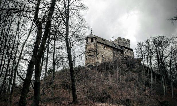 Мрачные руины стоят на самой вершине холма, открывая вид на прилегающие территории