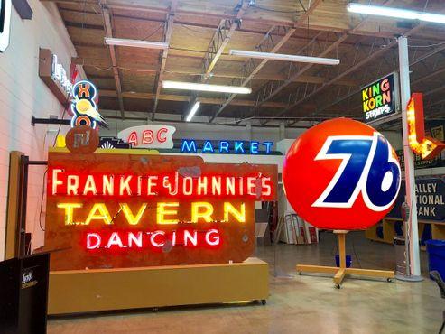 Вывеска «Таверна Фрэнки и Джонни» в Художественного музея светящихся вывесок