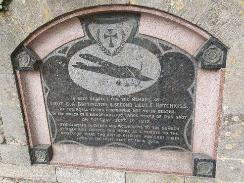 Табличка в память о крушении моноплана