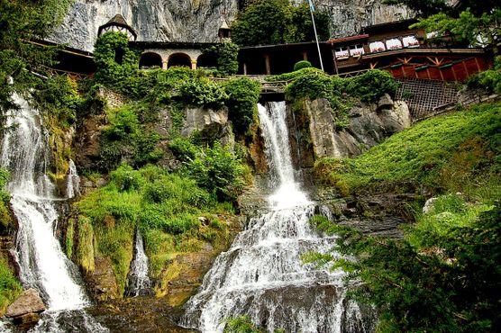 Живописные водопады у пещеры