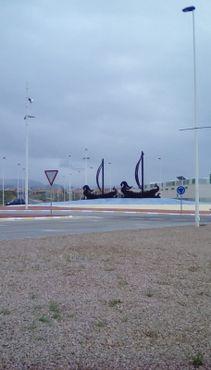 Скульптуры на кольцевой развязке у въезда в город
