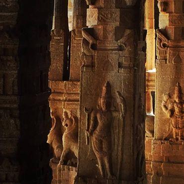 Резные фигурки на колоннах храма Кришны. В Подземелья живут тысячи летучих мышей