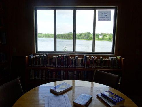 Из небольшой библиотеки открывается захватывающий дух вид на местные пейзажи
