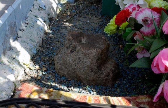 Маленький «детский крестик» на кладбище