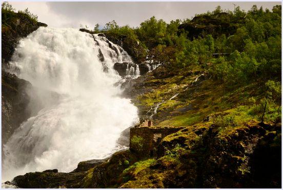 На руинах кто-то исполняет древнюю песню, едва слышную за рёвом водопада