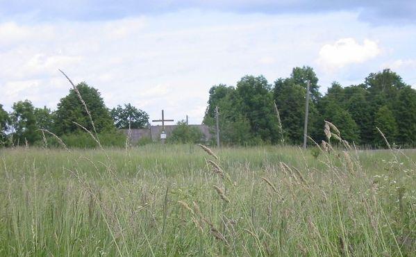 Мемориальный крест установлен на месте, где когда-то стояла церковь