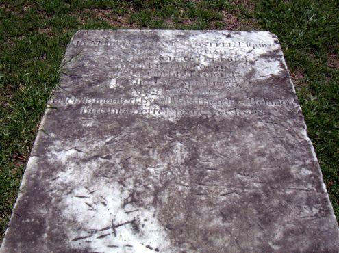 Следы от топора на надгробии Джеймса Постелла, которое британские солдаты использовали для разделки туш