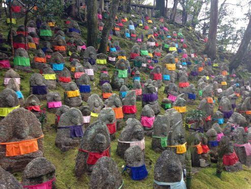 """Родители умерших детей размещают цветные""""нагрудники"""" на статуях Дзидзо в знак благодарности за то, что он защищает малышей в загробной жизни"""
