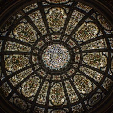 Меньший купол Тиффани не менее красив