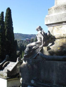 Скульптурный комплекс среди гробниц на склоне холма