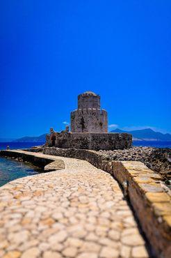 Крепость расположена рядом с портом Нафплион