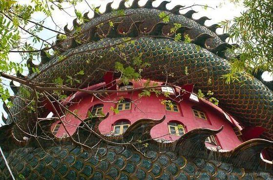 Посетители могут пройтись по некоторым полым частям вьющегося тела дракона