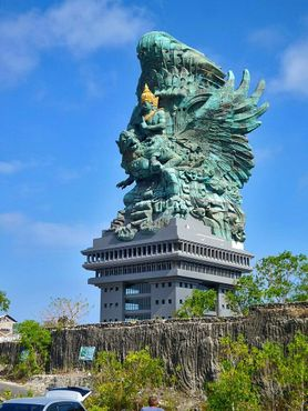 СтатуяГаруда-Вишну-Кенчана