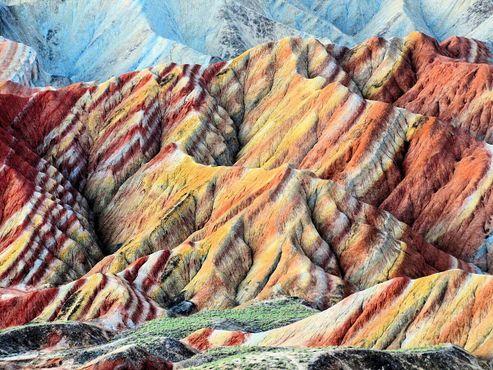 Разноцветный горный массив