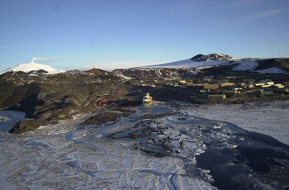 Вид сверху на станцию Мак-Мердо и хижину «Дискавери» с горой Эребус на заднем плане