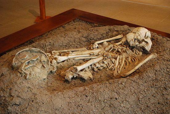 Найденные во время раскопок скелет мужчины и горшки