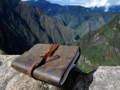 Магическая книга на склоне скалы на фоне природной красоты Мачу-Пикчу