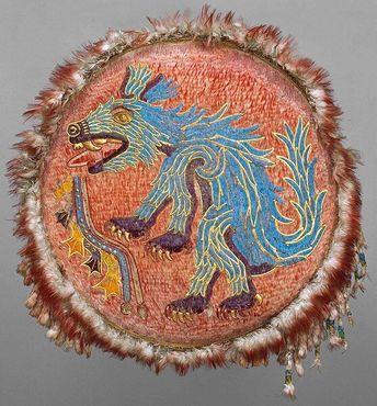 Изображение койота на древнем церемониальном ацтекском щите, украшенном перьями