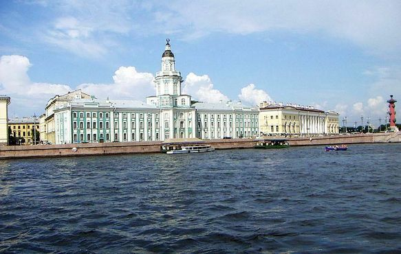 Вид на музей с другого берега