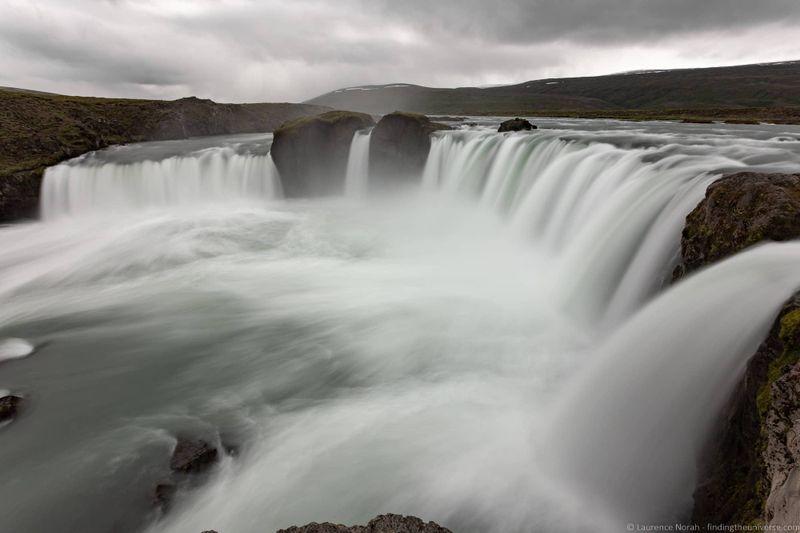 водопады Исландии 25 лучших водопадов Исландии aHR0cHM6Ly93d3cuZmluZGluZ3RoZXVuaXZlcnNlLmNvbS93cC1jb250ZW50L3VwbG9hZHMvMjAxOC8wOC9HbyVDMyVCMGFmb3NzLVdhdGVyZmFsbC1JY2VsYW5kX2J5X0xhdXJlbmNlLU5vcmFoLTEuanBn