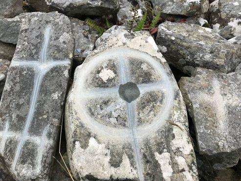 Кресты выцарапаны на камне
