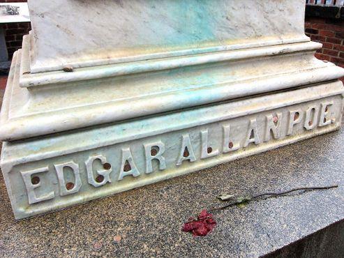 Роза и монеты на могиле