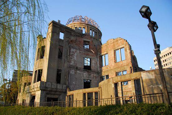 Руины купола Гэмбаку после взрыва остались стоять, чтобы увековечить память в парке мира в Хиросиме