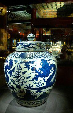 Фарфоровая ваза эпохи династии Мин с иероглифом «Долголетие»