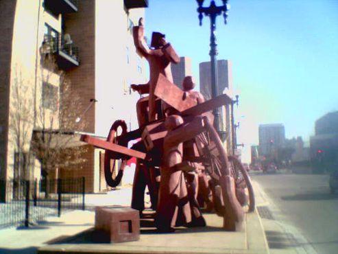 Памятник в виде подводы в честь протестующих, которые сражались и погибли во время тех событий