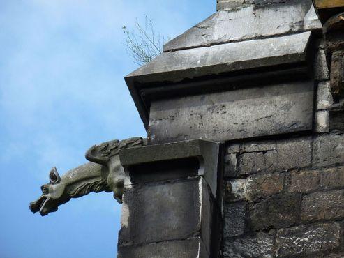Горгулья всё ещё держится на фасаде после стольких лет