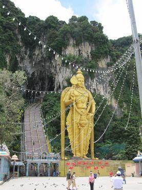 272 ступени, ведущих, к главной пещере, охраняемой Муруганом
