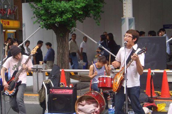 Группа играет на улице в Акихабара