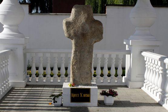 Крест во дворе Собора Святых епископов Кирилла и Лаврентия Туровских