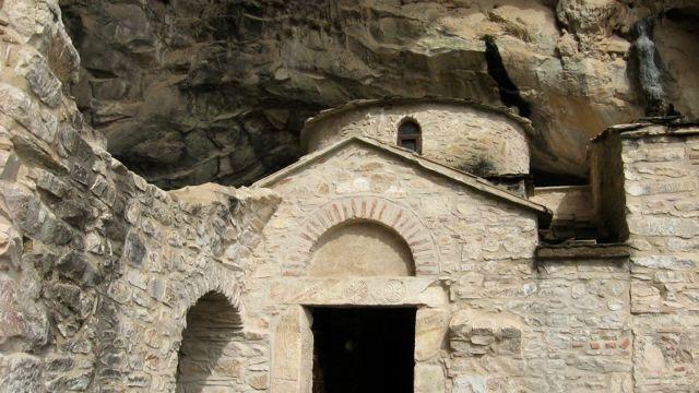 Фасад редкой двойной церкви, построенной прямо у входа в пещеру